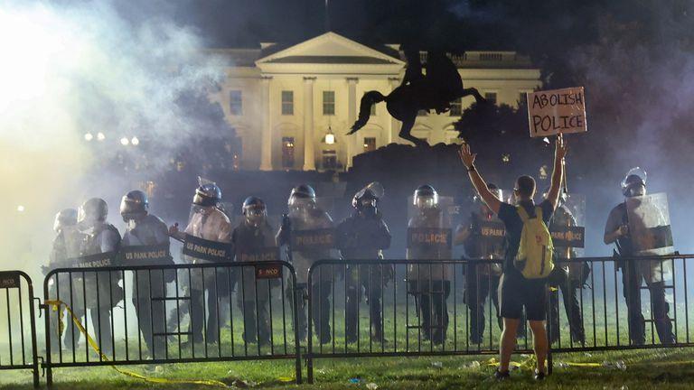 Photo of Donal Trump se refugió en un bunker de la Casa Blanca debido a las protestas