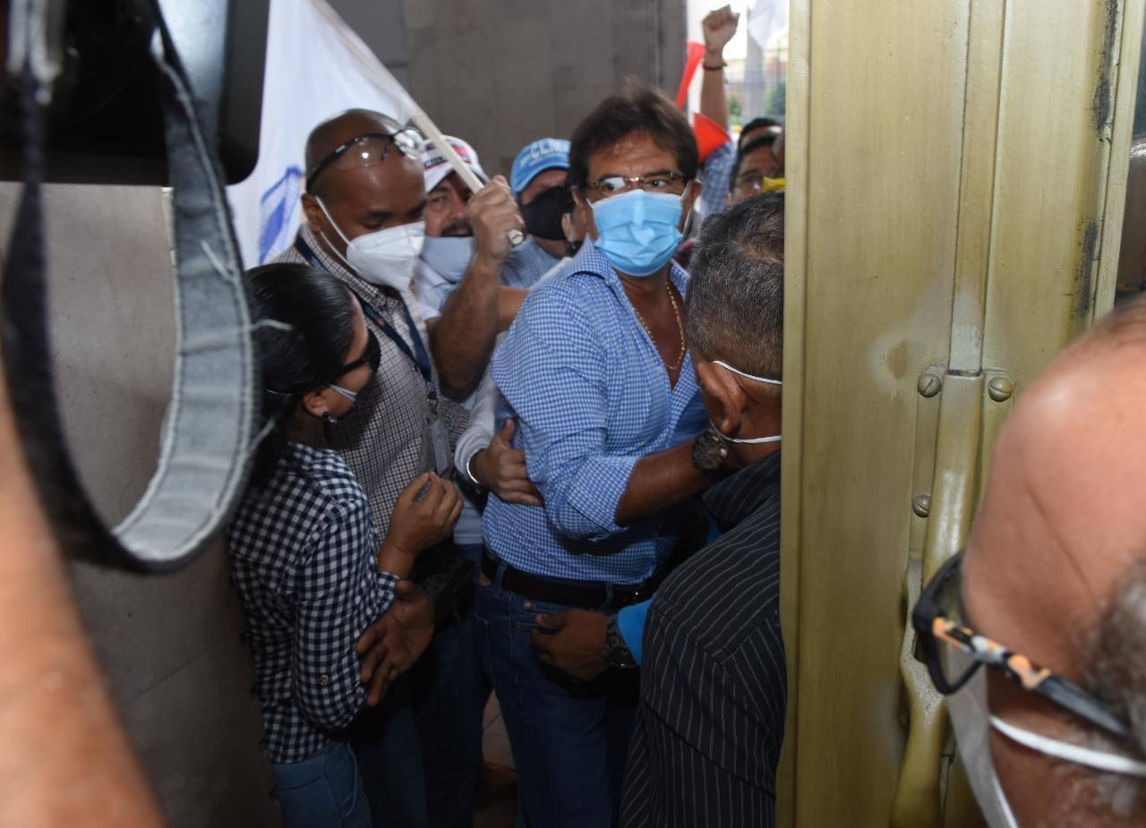 Photo of Prefecto del Guayas regresó con grillete a su despacho